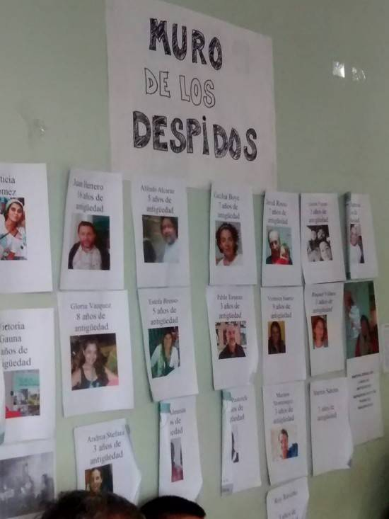 """Trabajadores de la SAF Córdoba despedidos, en un """"muro"""" realizado por sus compañeros/as"""